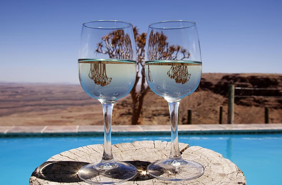Kühler Drink in der Wüste von Namibia