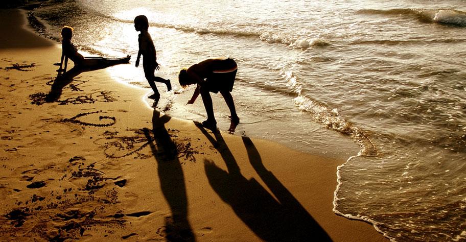 Kenya Familien Reisen Mutter mit Kindern am Beach Abend