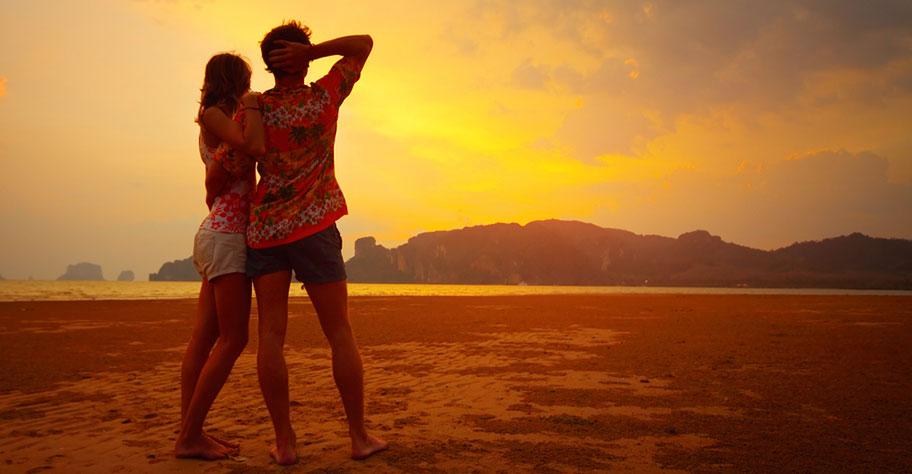 madagaskar hochzeitsreise paar geniesst den sonnenuntergang