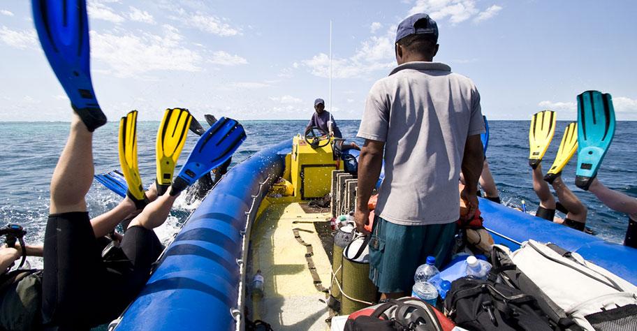 Tauchboot auf Zanzibar, Taucher springen ins Wasser